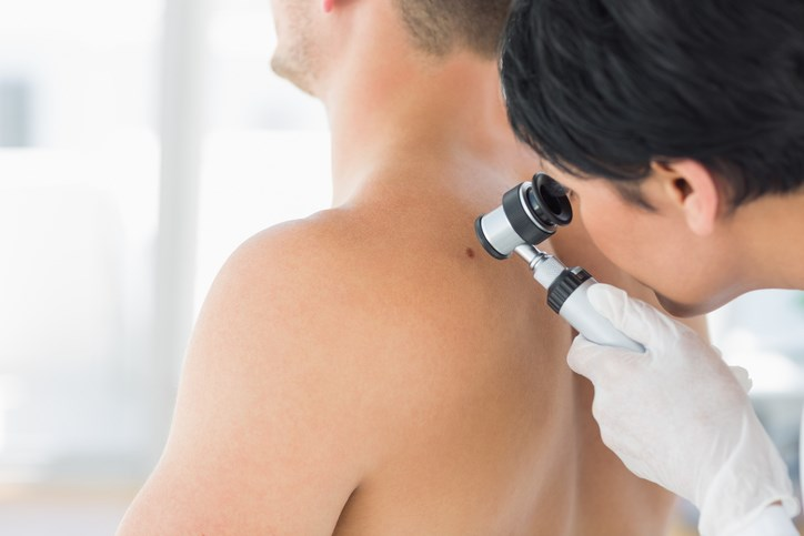 A phase 3 trial of patients with cutaneous melanoma found no difference in distant metastasis-free survival between those who underwent complete lymph node dissection and those who did not.